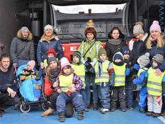 Školka na návštěvě u hasičů